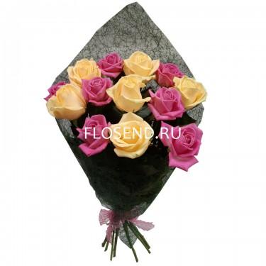 Букет из 13 кремовых и розовых роз