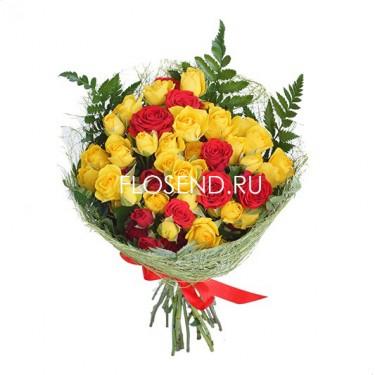 Букет из красных и желтых кустовых роз
